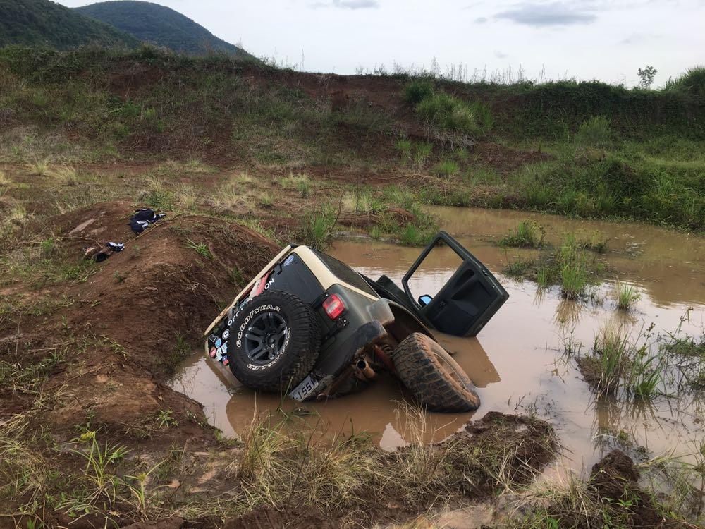 Motorista erra no cálculo e mergulha carro na lama; veja o vídeo