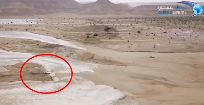 Inundação atinge deserto na Arábia Saudita e caminhonete fica no meio