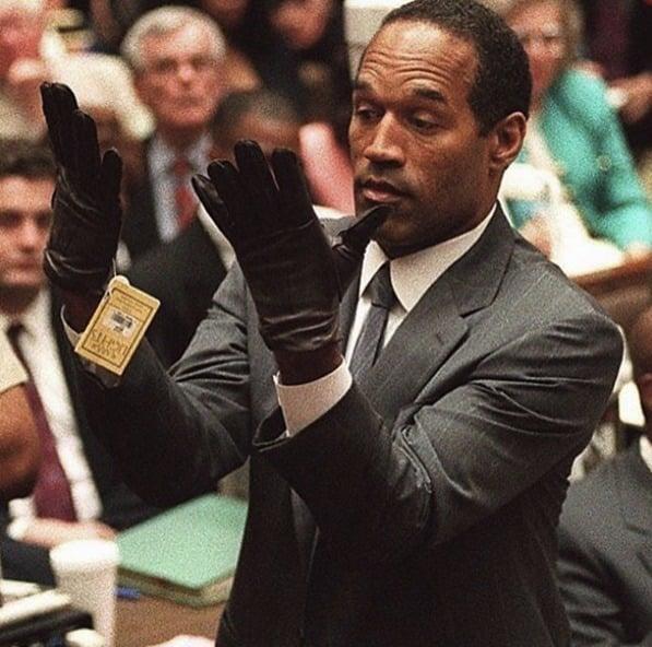 OJ Simpson, ex-jogador de futebol americano, demonstrando ao júri que as luvas cuja acusação afirmava terem sido usadas para matar sua esposa não cabiam nas suas mãos