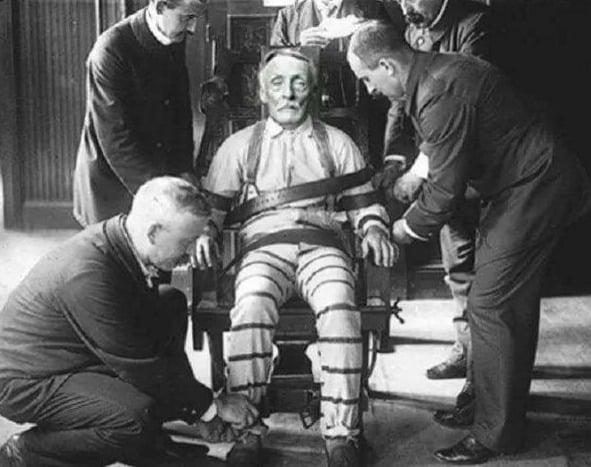 Este é Albert Fish, executado em 1936 por sadomasoquismo, assassinato em série e canibalismo, nos Estados Unidos. Ele ficou conhecido como Bicho Papão