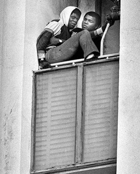 Muhammad Ali salvando homem que tentava cometer suicídio num prédio de Los Angeles. Ele era um ex-veterano do Vietnã que tinha perdido as esperanças por não conseguir um emprego desde que voltou da guerra