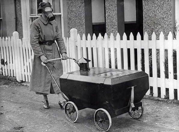 Mãe e filho protegidos de possíveis ataques de gases tóxicos durante a Segunda Guerra Mundial