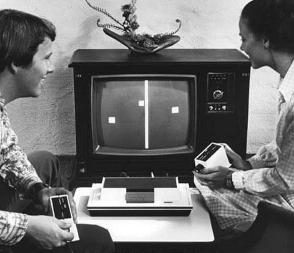 Casal jogando num Odyssey, o primeiro console da história, fabricado em 1972