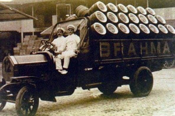 Este era o caminhão de entrega da Brahma em 1920