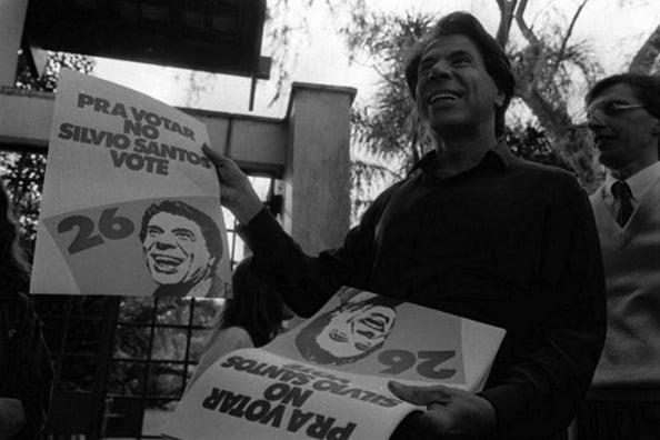 Silvio Santos em pré-campanha eleitoral para a presidência do Brasil, em 1989. Mais tarde, sua candidatura foi cassada pelo TSE por irregularidades no registro do partido
