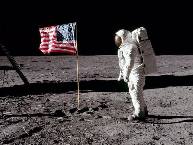 Os astronautas Neil Armstrong e Edwin Aldrin se tornam os primeiros homens a caminharem na Lua depois de chegar à superfície no módulo lunar Apollo 11, em 1969