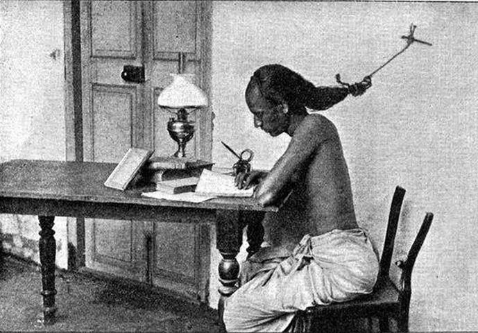 Estudante da Universidade de Madras, na Índia, estudando para os exames com o cabelo amarrado na parede para não cair no sono, em 1905