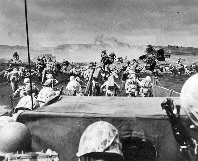 Marines desembarcando na praia japonesa de Iwo Jima