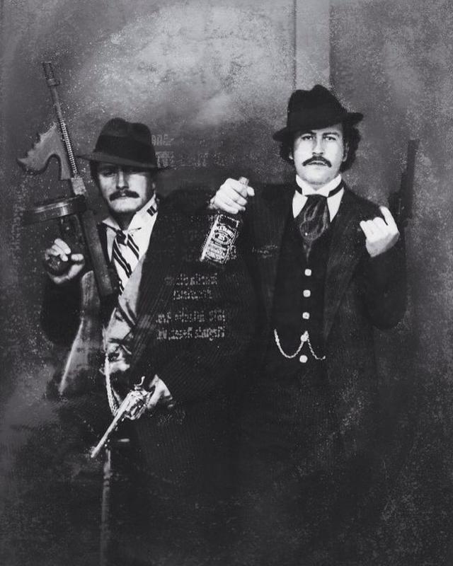 Pablo Escobar (à direita) posando como um gangster com seu primo Gustavo, nos anos 80