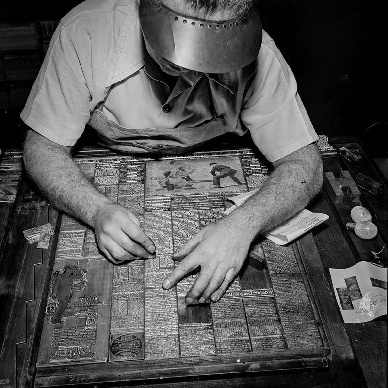 Montando a seção de esportes do New York Times, em 1942