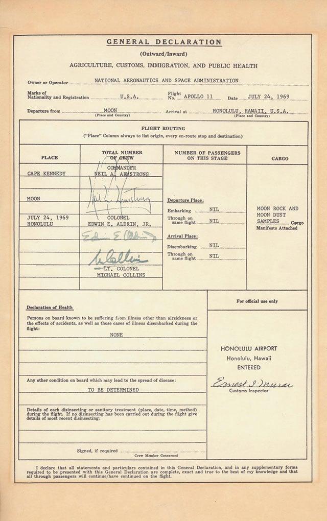 Neil Armstrong e sua equipe tiveram que passar na alfândega depois de voltar da lua. Eles precisaram declarar as rochas e poeira lunar que trouxeram na bagagem