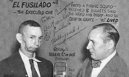 """Wenceslao Moguel, também conhecido como """"El Fusilado"""", que sobreviveu a um pelotão de fusilamento em 1915, participando do programa Acredite se Quiser"""