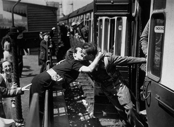 Soldado britânico sendo recepcionado pela namorada na chegada das tropas a Dunkirk, 1940