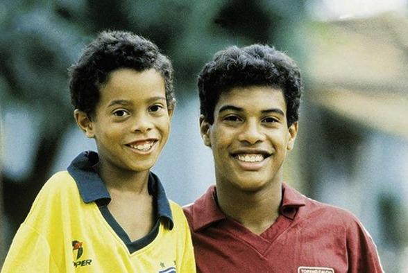 """Em 1990, Ronaldinho era conhecido apenas como """"o irmão mais novo de Assis"""". Pouco tempo depois, os papeis se inverteram"""