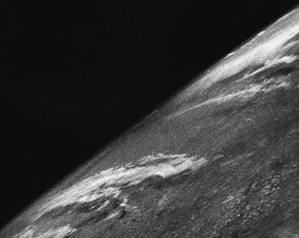Primeira foto da Terra tirada do espaço que se tem notícia. Ela foi registrada pelo foguete alemão V2 em 1946