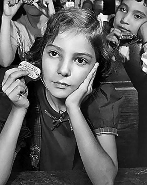 Para facilitar uma eventual identificação de corpos durante um ataque atômico, o estado de Nova Iorque distribuiu colares de identificação para os estudantes em 1950
