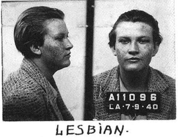 Na década de 40, era crime ser lésbica. Essa foto mostra o registro policial de uma mulher na ocasião