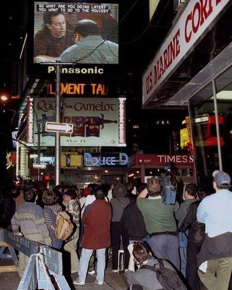 Pessoas paradas na Times Square, em Nova Iorque, para assistir o último episódio de Seinfeld, em 1998