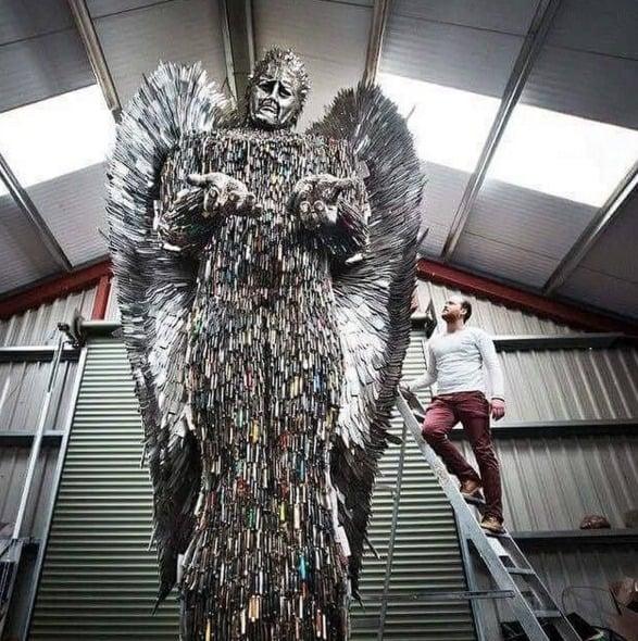 Este é o Anjo das Facas, uma escultura criada pelo inglês Alfie Bradley usando 100 mil facas usadas em crimes no Reino Unido. Ele é militante contra os crimes por armas brancas