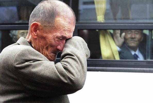 Norte-coreano se emociona ao se despedir de irmão que mora na Coreia do Sul após se reencontrarem 60 anos depois graças a um acordo entre os dois países