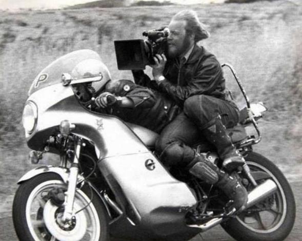 Cena raiz feita em 1979 para o filme Mad Max. O câmera fazia parte da ação