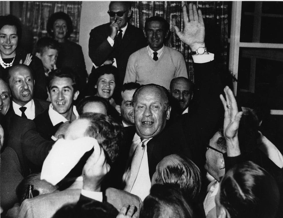 Oskar Schindler sendo recepcionado por 300 sobreviventes do holocausto em Jerusalém, maio de 1962