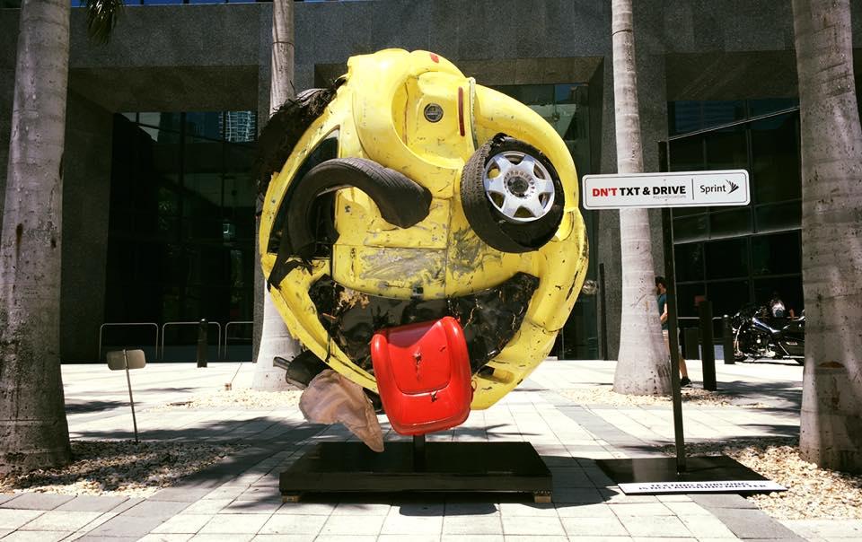 O artista Rodolf Kohn transformou um carro batido em um emoji como parte de uma campanha para conscientizar os motoristas sobre os riscos de dirigir e usar o celular