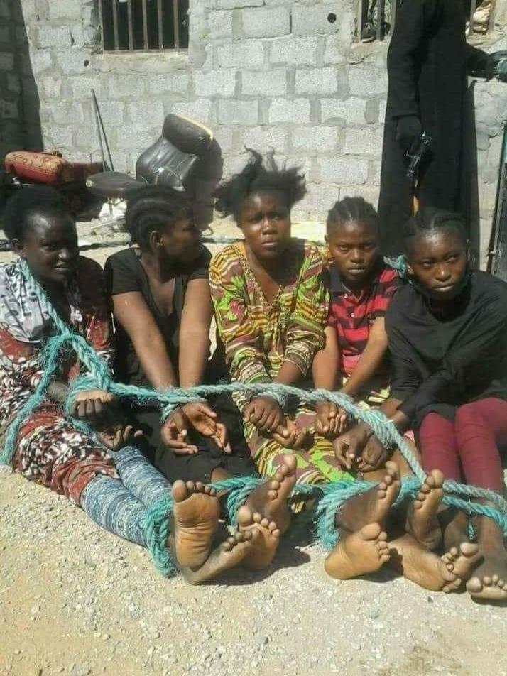 Mulheres líbias em um mercado de escravos
