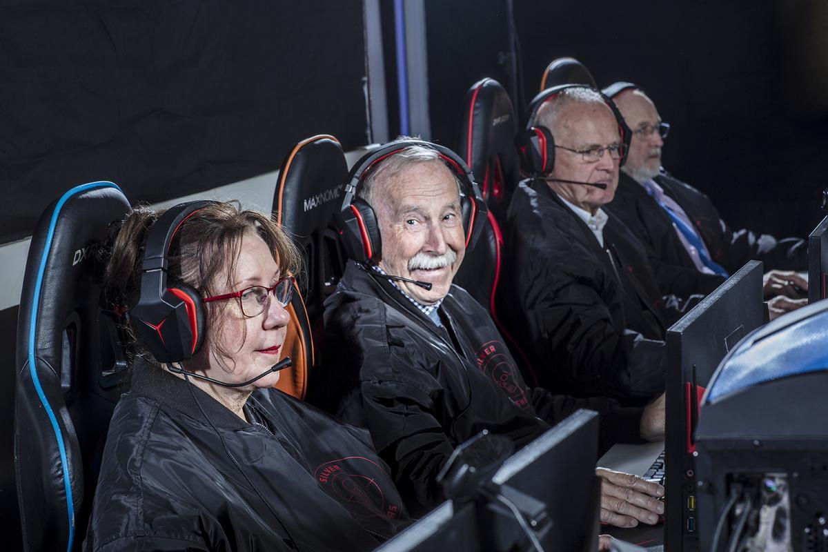 Equipe sueca de CS: GO, em que o membro mais jovem tem 62 anos e o mis velho, 81. Eles afirmam que o CS ajudou a dar um impulso de confiança e servir como uma espécie de ginástica mental