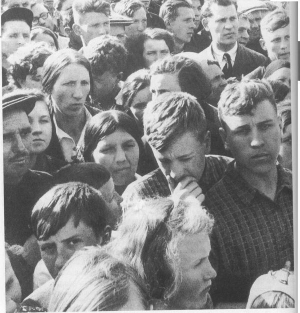 Cidadãos de Moscou ouvem um anúncio de rádio dizendo que as forças alemãs atacaram às 4 da manhã e que a guerra começou