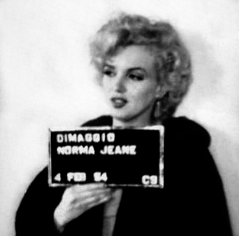 Foto de Marilyn Monroe após ser detida por dirigir muito devagar e sem licença, em 1954