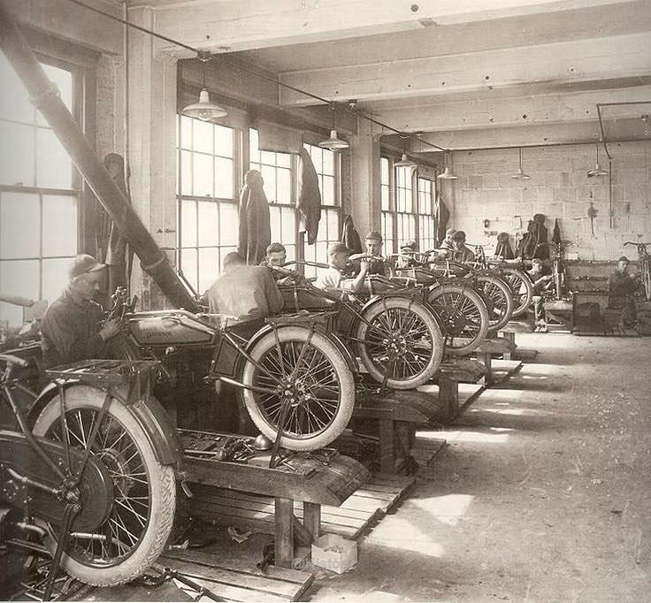 Linha de produção da Harley-Davidson em 1909