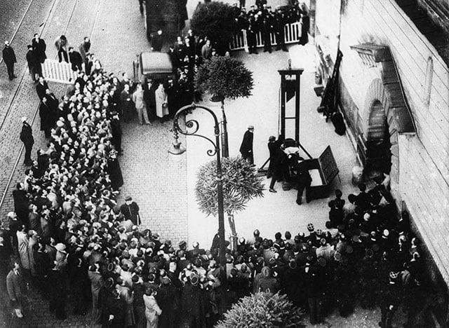 Última execução pública na França, em 1939. A maneira desordenada com que a multidão se comportou chamou atenção. Alguns enxugaram o sangue do executado com um lenço e levaram como recordação