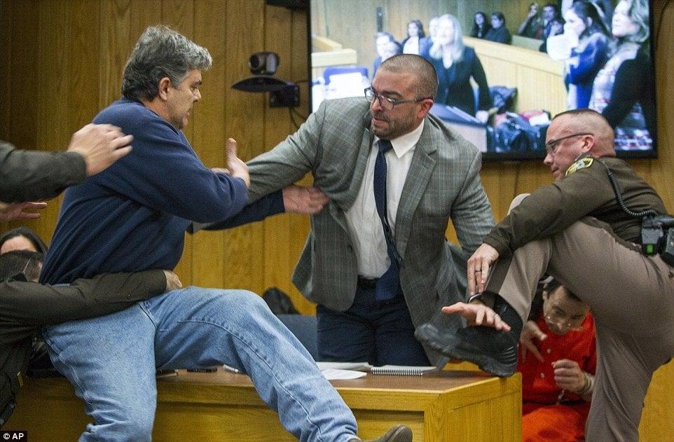 Pai de três filhas abusadas pelo médico Larry Nassar tentando atacá-lo no tribunal