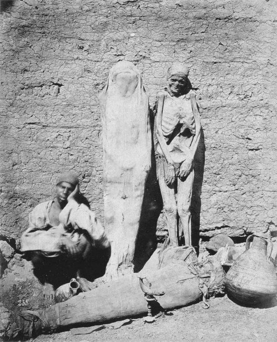 Um homem vendendo múmias no Cairo, Egito, 1875