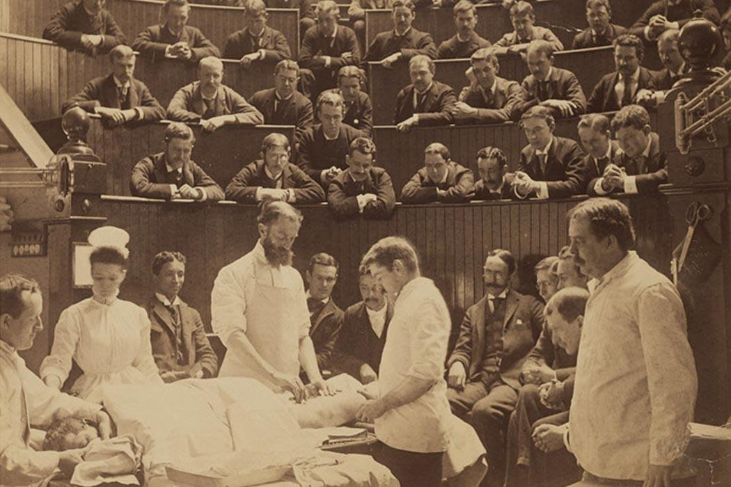 Plateia acompanhando uma operação sendo realizada em Boston, Massachusetts, 1890