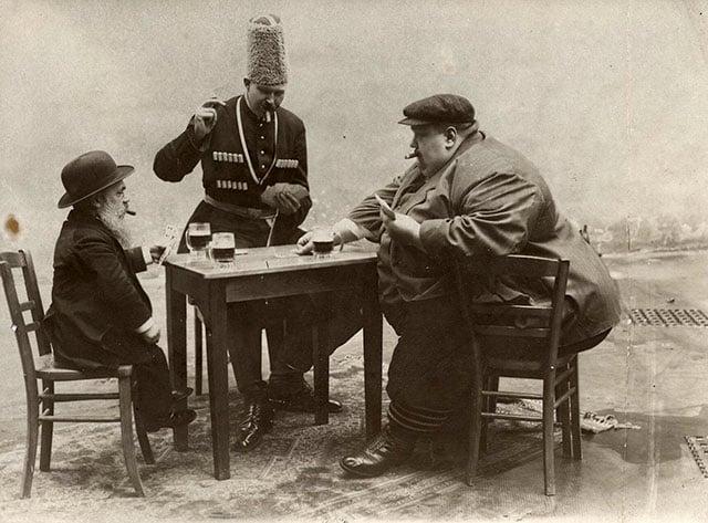 O homem mais baixo, mais alto e mais gordo da Europa bebendo e jogando cartas juntos em 1913