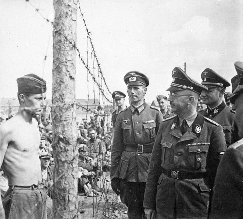 Himmler olhando para um prisioneiro soviético durante uma visita ao campo de concentração na Bielorrúsia, em 1941