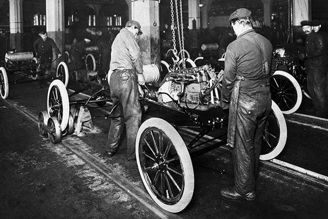 A primeira linha de montagem de veículos da Ford, em 1913