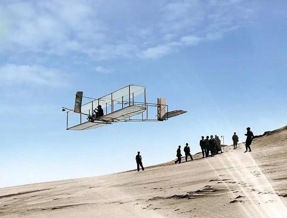 Orville Wright voando sobre as dunas da Carolina do Norte, 1902 (imagem colorida por computador)