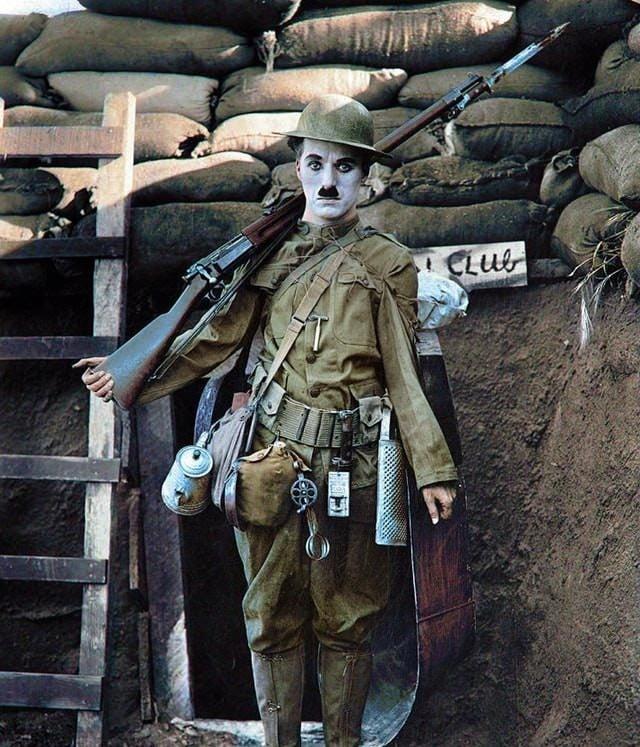 Chaplin como soldado em seu segundo filme, Shoulder Arms, em 1918. O filme silencioso foi o mais curto de Chaplin, assim como o primeiro filme que ele dirigiu