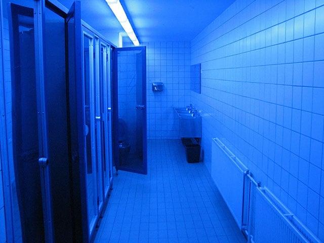 Nos EUA, alguns banheiros públicos estão usando luzes azuis para impedir que usuários de drogas injetáveis encontrem suas veias