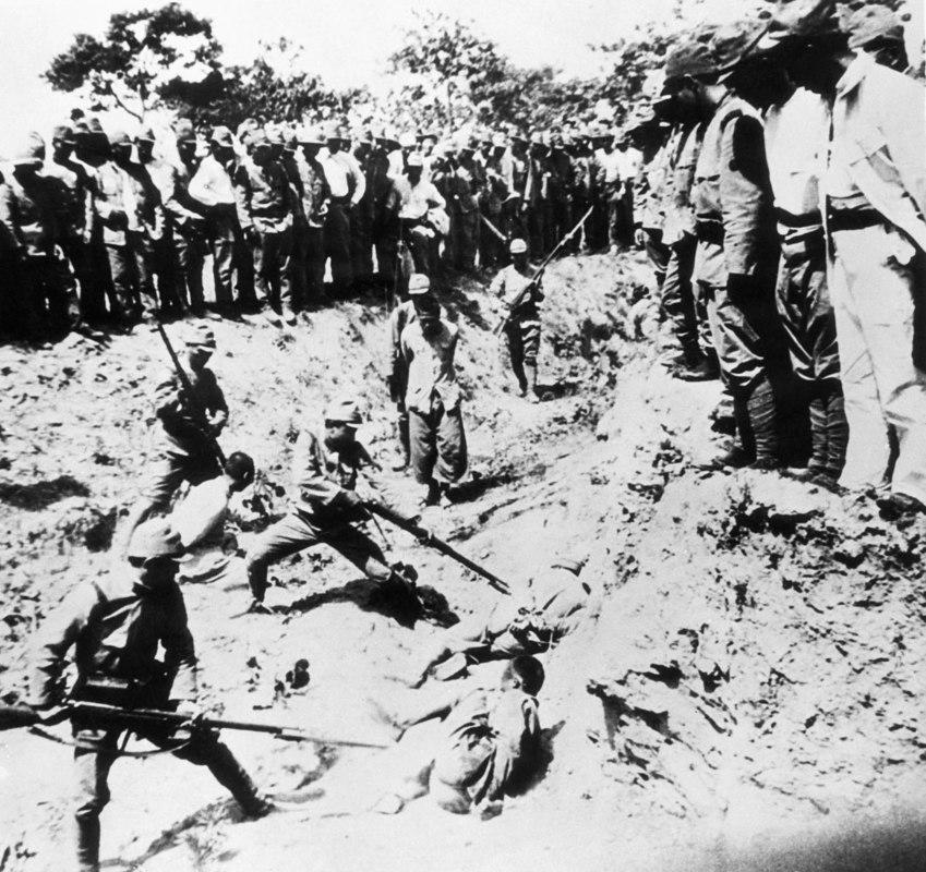 Prisioneiros chineses são usados por japoneses como alvos vivos em exercícios usando baionetas. O episódio ficou conhecido como Massacre de Nanquim, em 7 de novembro de 1938