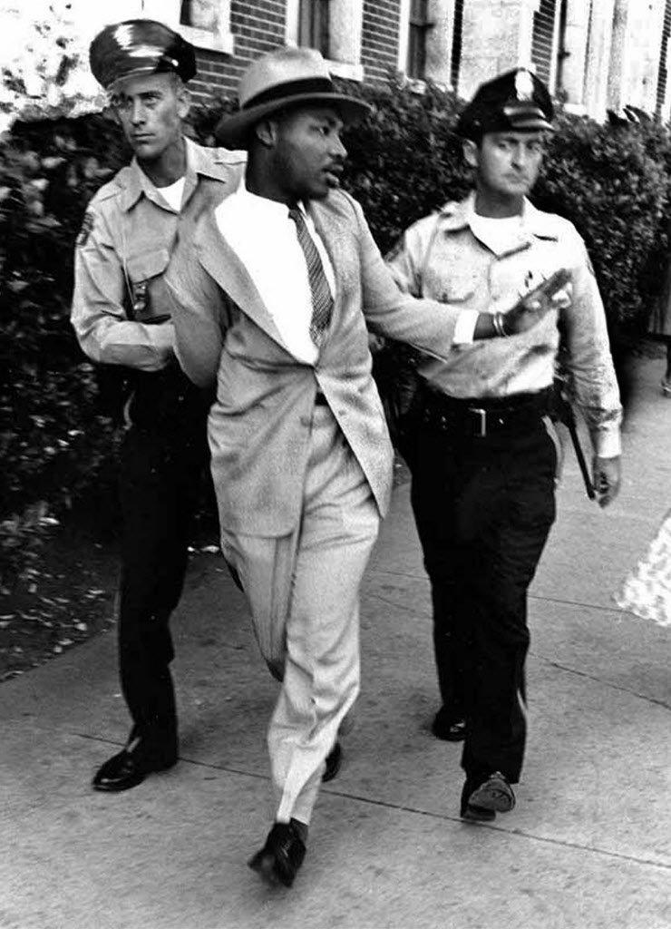 Martin Luther King sendo preso por exigir serviços em um restaurante só para brancos, 1964