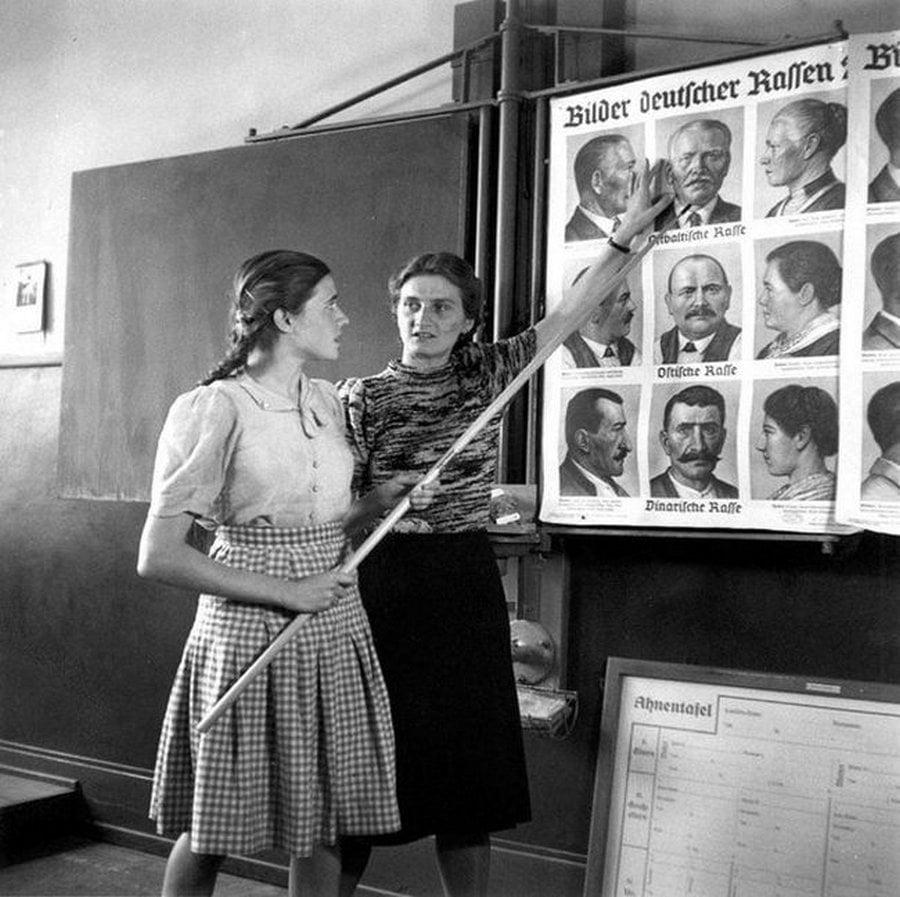 Jovens alemães estudando as diferenças entre arianos e judeus, 1943