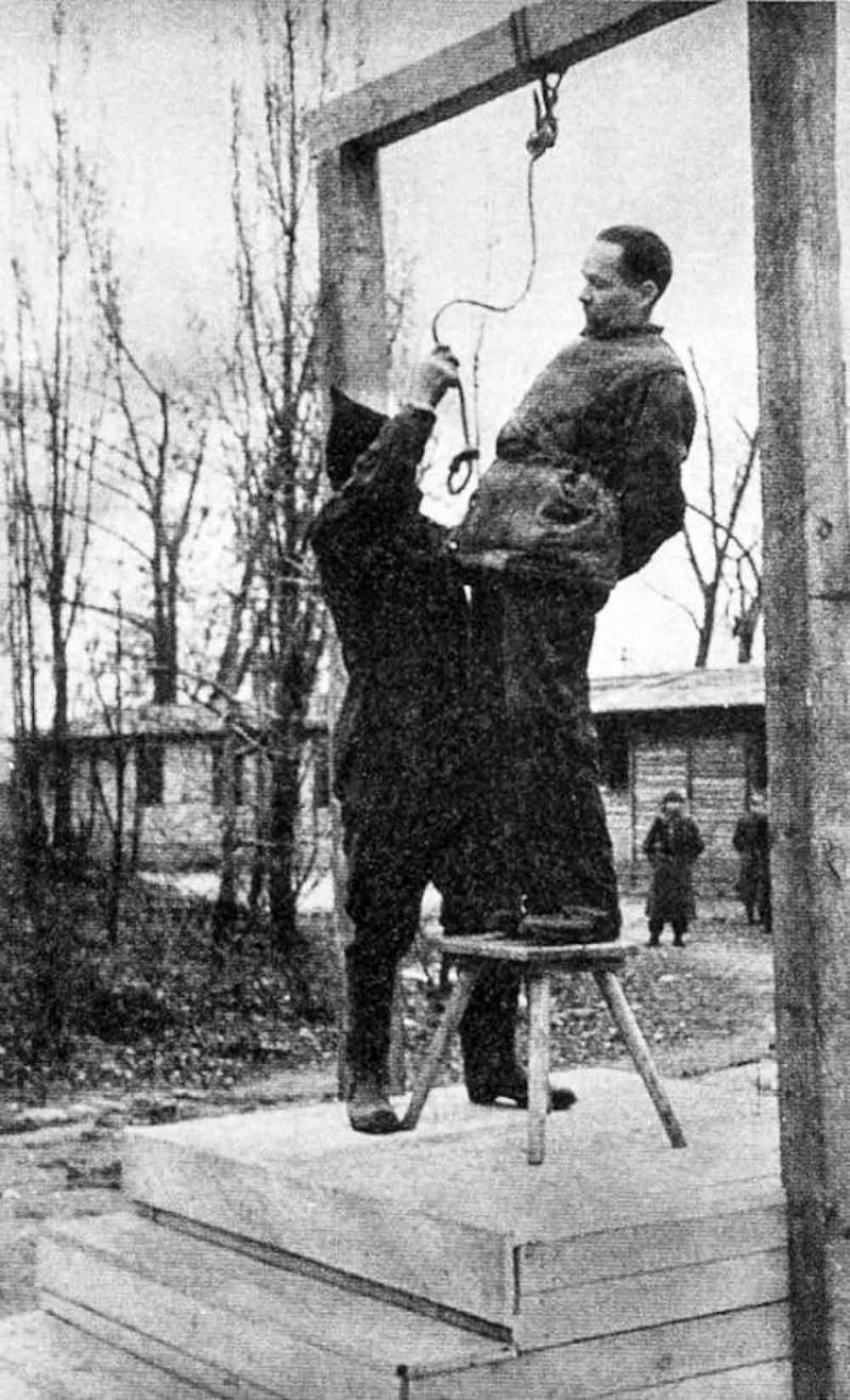 Rudolf Hoess, comandante do campo de concentração de Auschwitz, antes de ser enforcado ao lado do crematório do campo, em 1947