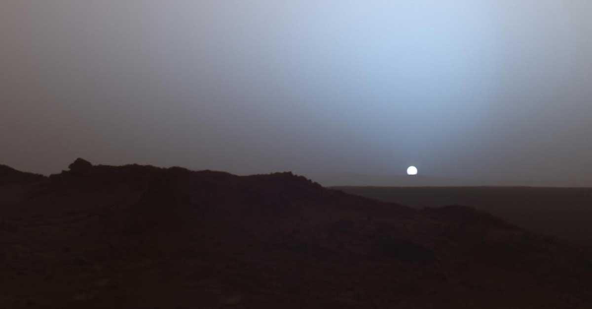 Nesta foto da NASA, o sol se põe atrás do terreno rochoso do planeta vizinho da Terra, Marte