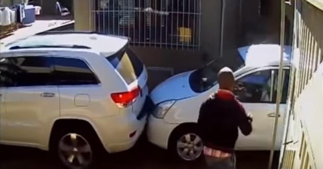 Tem Na Web - Mulher é abordada por marginais, mas consegue fugir atirando seu carro contra eles
