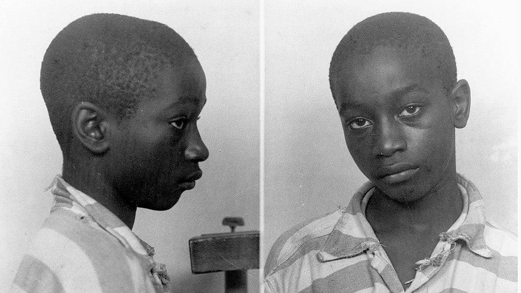 Em 1944, um adolescente negro chamado George Stinney foi acusado de assassinar duas garotas brancas. Seu julgamento foi feito sem representação legal por um júri totalmente composto por pessoas brancas e foi executado em uma cadeira elétrica aos 14 anos. Ele era tão pequeno que foi colocado sentado sobre uma Bíblia no momento da morte