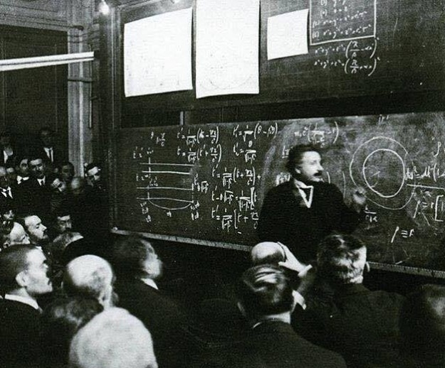 2) Albert Einstein dando palestra sobre a Teoria da Relatividade, 1922